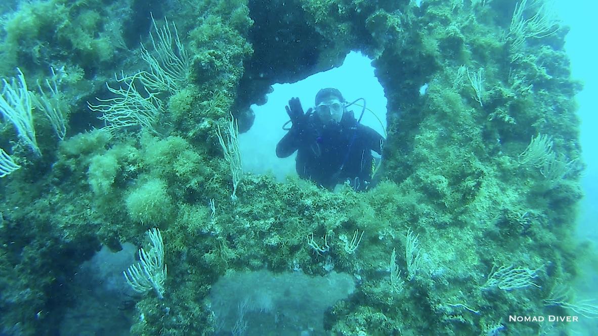 Plongeur sur l'épave